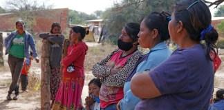OMS/OPS 2021: Mujeres de una comunidad indígena en Paraguay esperan para recibir su dosis de la vacuna contra el COVID-19.