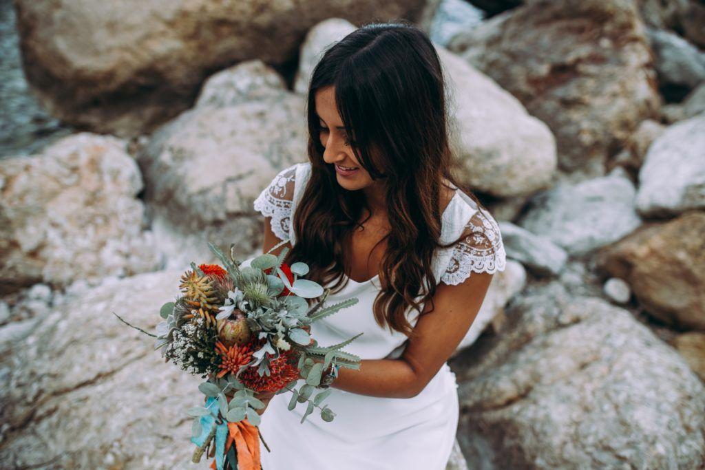 novia bohemia en la playa