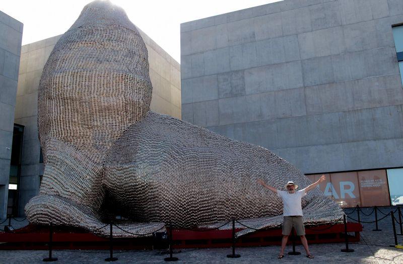 mar del plata obra de marta minujin foto gisele teixeira
