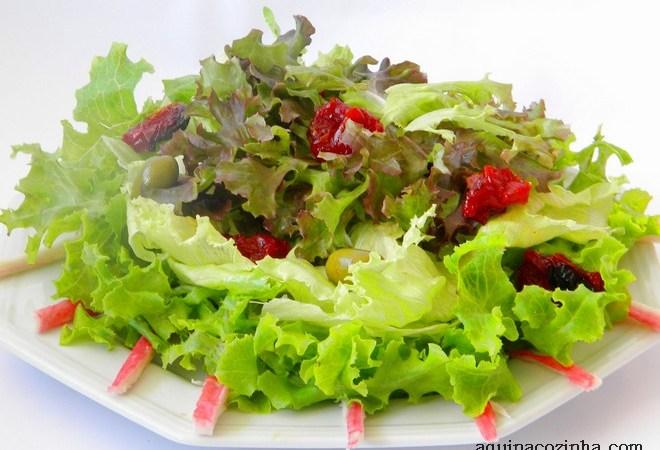 Salada de folhas com kani e um toque de gengibre