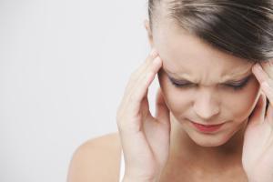أسباب وكيفية علاج الصداع النصفي خلال الحمل بالمنزل وطرق الوقاية