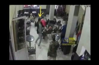 مشرمل دخل لمقهى بشارع الهراويين بسباتة و بدا كيشير بالكيسان على ناس و مكملها رجع بالليل لكاميرات