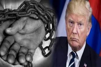 أمريكا ترحل المهاجرين غير الشرعيين بالسلاسل – صور