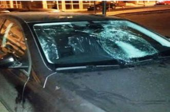 """""""مقرقب"""" يكسر 5 سيارات ويهدد المواطنين بالقتل بالبيضاء"""