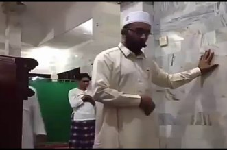 شاهد ماذا فعل إمام مسجد في أندونيسيا لحظة وقوع الزلزال المدمر