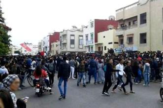 عرقلة السير وتهشيم زجاج حافلة أثناء احتجاج التلاميذ بأكادير