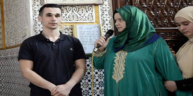 """بالفيديو.. شابة """"هنغارية"""" تعلن إسلامها في مسجد بالناظور"""