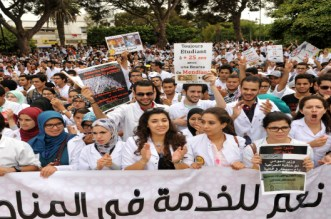 طلبة الطب يرفضون العرض الحكومي ويواصلون الإضراب