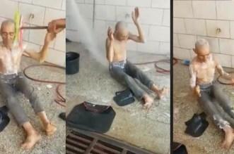"""مؤثر.. غسل مسن بــ""""الشطابة وصابون السيارات"""" يثير سخط الفيسبوكيين- فيديو"""