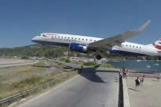 فيديو مرعب لهبوط طائرة قرب رؤوس سياح