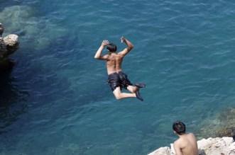 لعشاق السباحة وقفزات البحر.. أخصائي جراحة العمود الفقري يحذر المصطافين من الشلل والموت