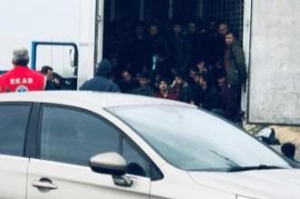 اكتشاف 25 مهاجرا داخل شاحنة تبريد على متن سفينة بهولندا