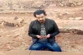 بعد 38 عاما.. الممثل ربيع القاطي يجد قبر والده وينهار باكيا- فيديو