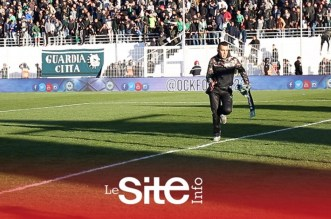 جمهور أولمبيك خريبكة يتسبب في إيقاف المباراة بعد هدف الوداد الثالث – فيديو