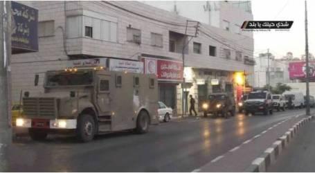 الاحتلال يقتحم محلات صرافة ويصادر أموالا في الخليل