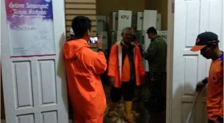 الفيضانات تغمر مكتبًا باللوجستيات الانتخابية في جاوة الغربية