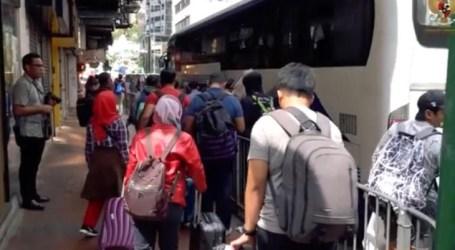 عودة السباحين الإندونيسيين  بعد محاصرتهم في هونغ كونغ