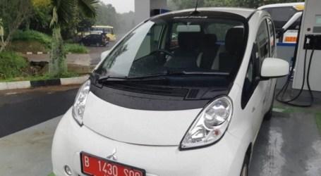 شحن بطاريات السيارات الكهربائية في محطة فائقة السرعة التابعة لشركة الكهرباء في جاكرتا