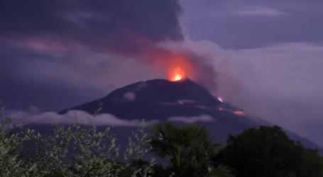 ثوران بركان جبل ليوتولوك أمطر الرماد والحصى في منطقة ليمباتا