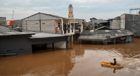 إخلاء ثلاثة  أشخاص محاصرين في منزل غمرته المياه في غرب جاكرتا
