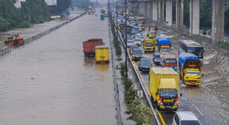 شرطة العاصمة جاكرتا تعيد توجيه حركة المرور في جاكرتا وسط الفيضانات