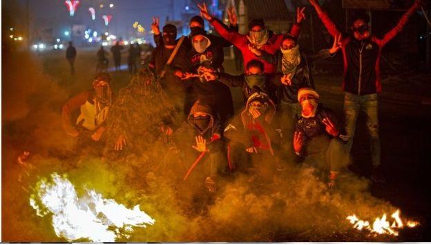 محتجون يضرمون النار في مقار فصائل شيعية في جنازة ناشط بارز