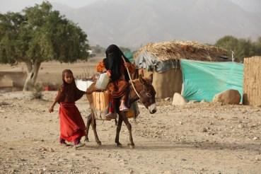 الأطفال وخاصة الفتيات هم ابرز ضحايا الحرب في اليمن (رويترز)