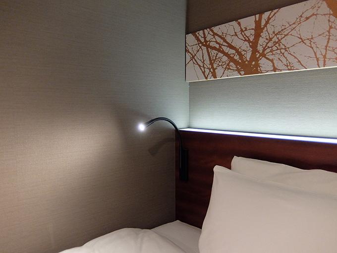 三井ガーデンホテル仙台、ベッドボードの読書灯写真