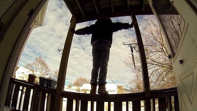 متداول يقفز من الدور الثاني خوفاً من أن يتم سرقة عملاته الرقمية