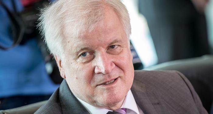 وزير الداخلية الألماني يطالب بإظهار الشجاعة أمام الكراهية
