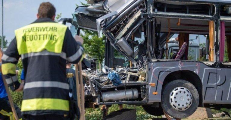 فيديو حادث سير مروع بين شاحنة و حافلة مدرسية