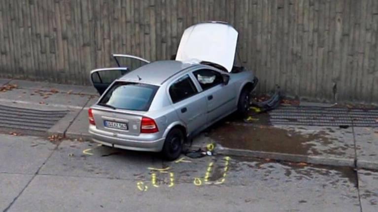 خمسيني يعطي درساً بقيادة السيارة لطفل في ألمانيا