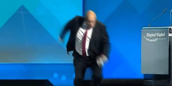 فيديو سقوط وزير الاقتصاد الألماني بعد إلقائه خطاباً
