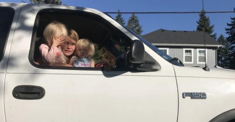 عائلة تعيش في سيارة بسبب عدم التمكن من دفع إيجار شقة