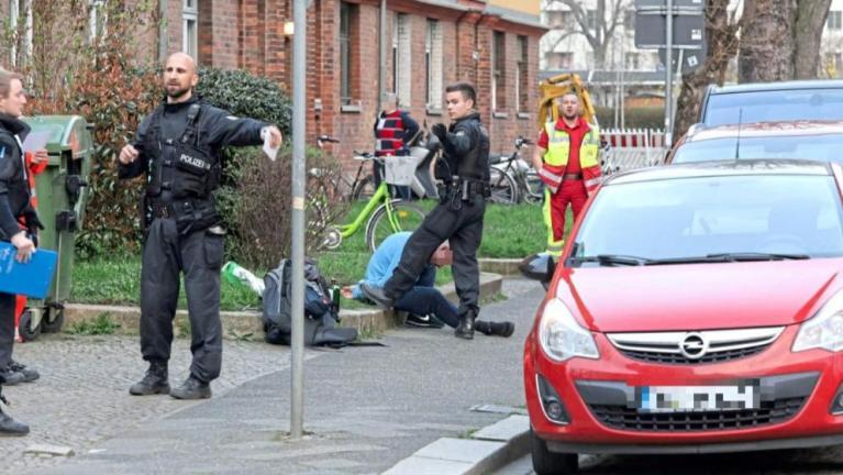 رجل يبصق على الشرطة الألمانية ويقول أنه مصاب بكورونا