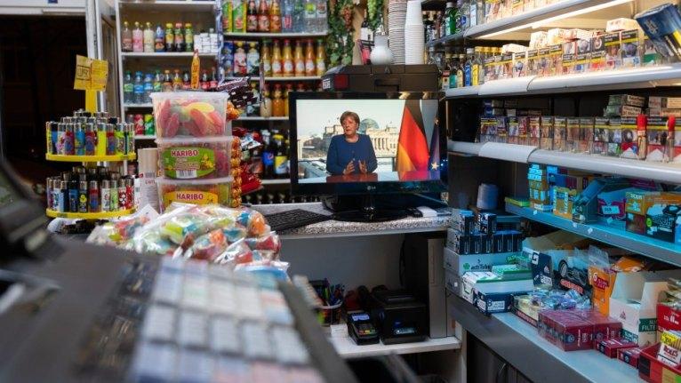 صحيفة ألمانية تتحدث عن ما وضعته ميركل بكميات كبيرة في عربة التسوق