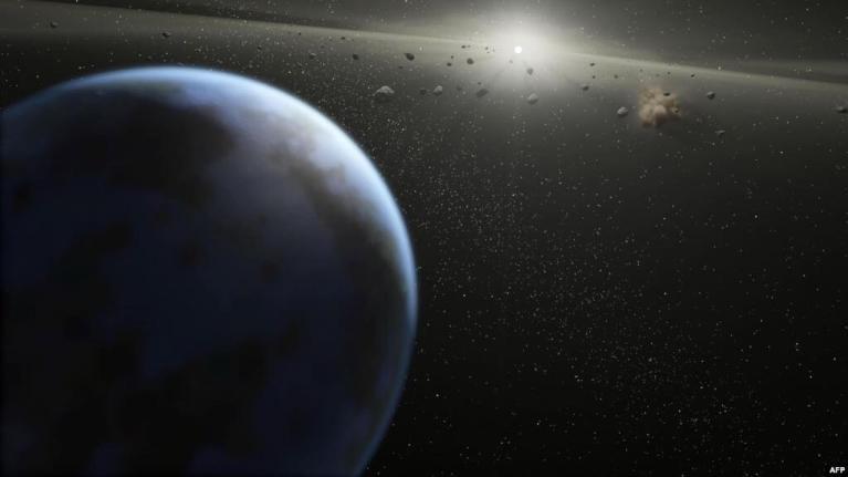 علماء يعثرونَ على آثار كوكب , اصطدم بالأرض , و كونَ القمر