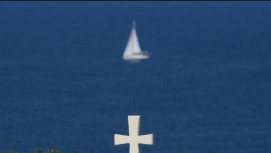 صورة تغريم مطران يوناني لمباركته مياه البحر