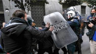 صورة توترات بين المتظاهرين والشرطة في مسيرة ديميتريس كوفونتيناس