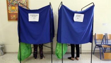 صورة استطلاع رأي يظهر أن حزب SYRIZA الأكثر شعبية بين غير الملقحين