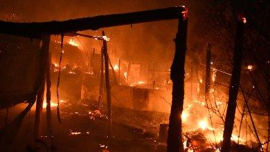 صورة اندلاع حريق في مخيم ساموس للمهاجرين مما اضطر لإخلائهم