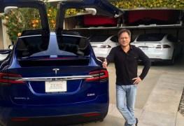 المدير التنفيذي بجانب سيارة Model X P90D