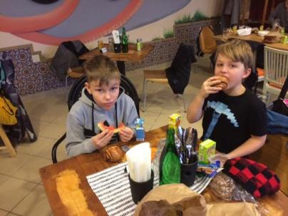 niko-ja-taavi-kahvilassa