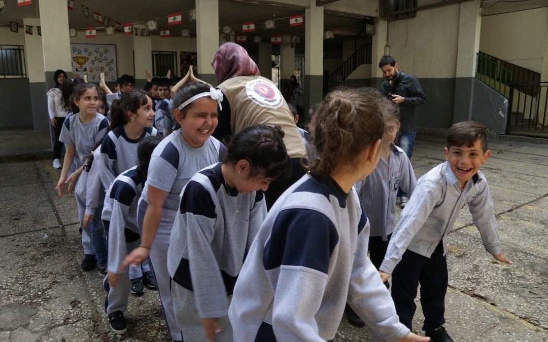 """أطفال """"التربوية"""" في حي السلم يرسمون ويلعبون من أجل النظافة"""