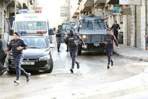 قوات أمن أردنية تؤمِّن شوارع مدينة إربد، بالقرب من الحدود مع سوريا، بـ8 مارس بعد عملية أمنية استهدفت مجموعة من الإرهابيين المشتبه بهم. (تصوير: خليل مازراوي/ AFP/ غيتي إيميجز)