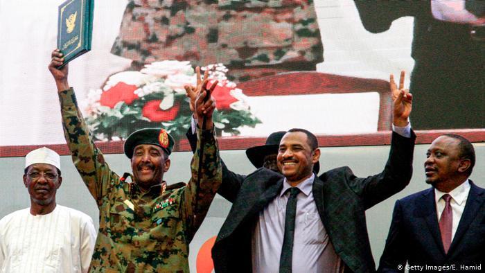 رئيس المجلس السيادي السوداني الجنرال عبد الفتاح البرهان بعد توقيع اتفاق مع جماعات المعارضة في الخرطوم عام 2019 (صورة أرشيفية)