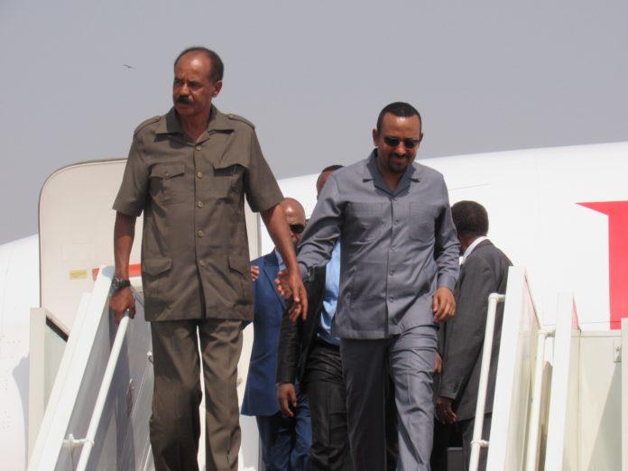 رئيس الوزراء الإثيوبي آبي أحمد (يمين) والرئيس الإريتري أسياس أفورقي يصلان إلى جوبا في عام 2019 [صورة أرشيفية]