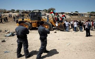 سلطات الاحتلال تنفذ أعمال تجريف واسعة بمخيم شعفاط للاجئين