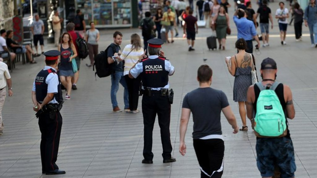 الشرطة الإسبانية: مقتل رجل يحمل سكينا هاجم أحد مراكزنا