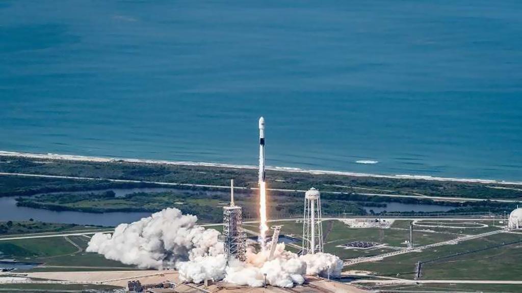 """""""سبيس إكس"""" تُطلق قمرا اصطناعيا وتنتظر عودة الصاروخ"""